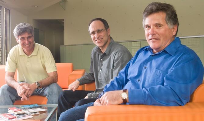 Профессор Эйлон Адар (справа) с коллегами в Университете имени Бен-Гуриона