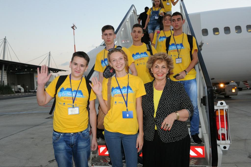 Министр алии и абсорбции Софа Ландвер и новые репатрианты из Украины, прибывшие в Израиль 1 сентября 2016 года. Фото: ZEDFILMS