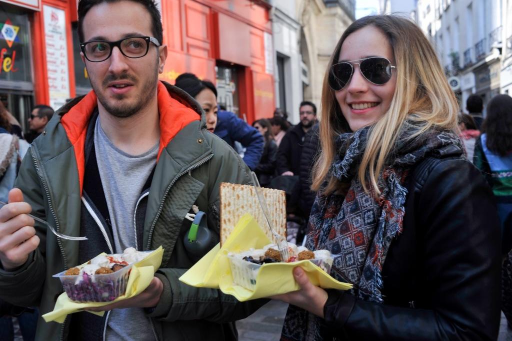 Туристы едят фалафель с мацой