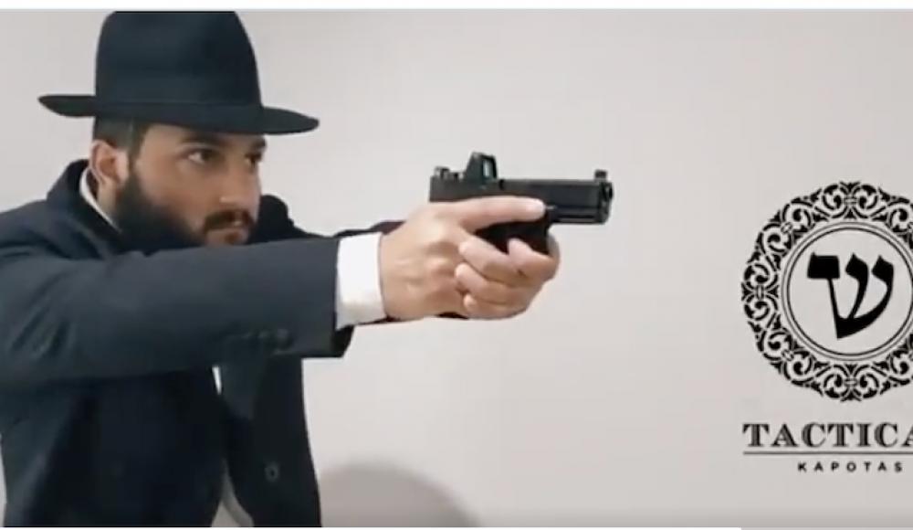 Хасидский раввин смоделировал специальный сюртук для ношения оружия в синагоге