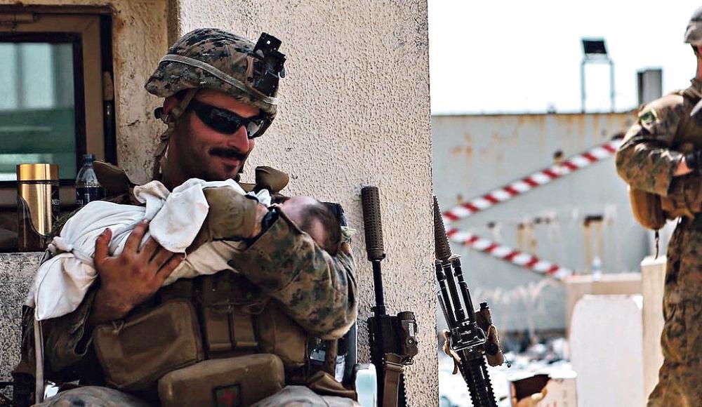 Еврей улыбается маленькому афганцу — фото покорившее Интернет