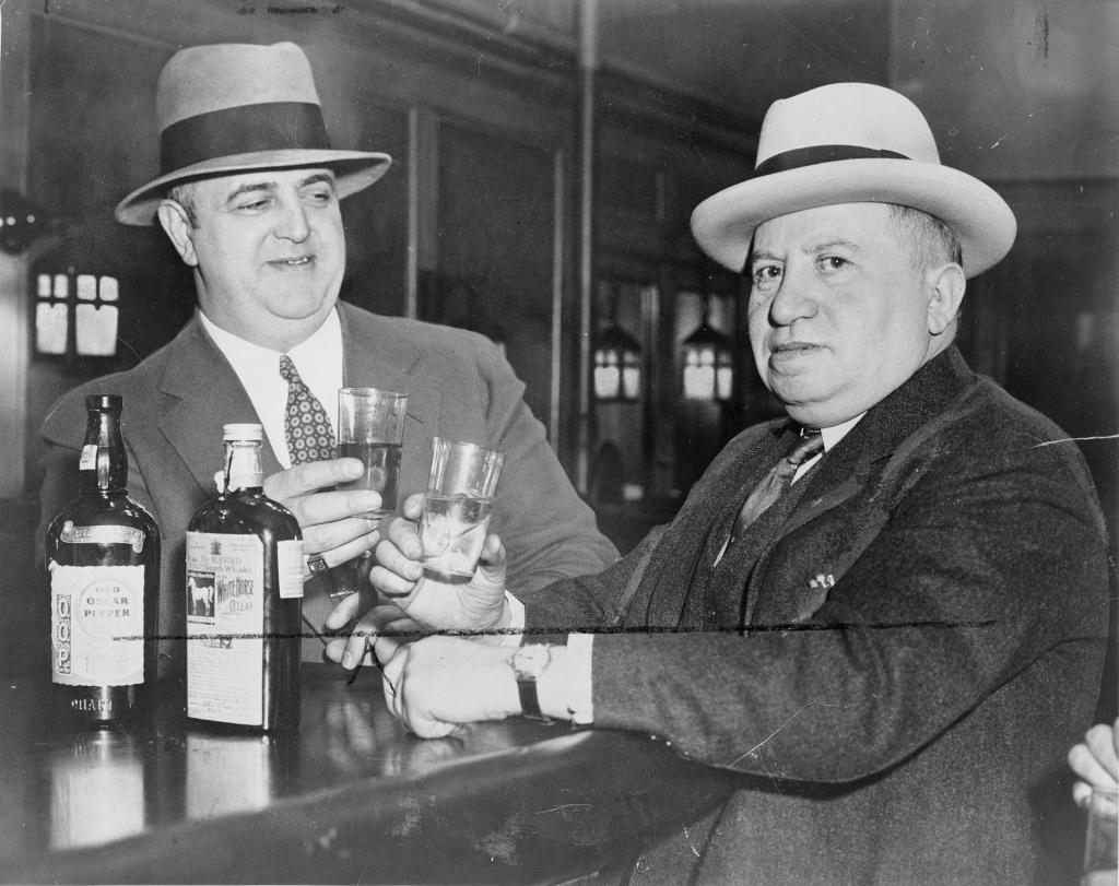 Иззи и Мо в 1935.jpg