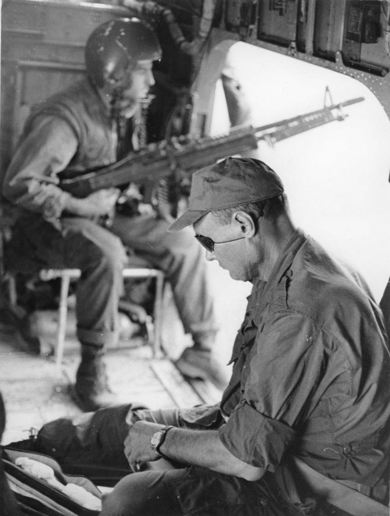 Моше Даян во Вьетнаме, август 1966 года.jpg