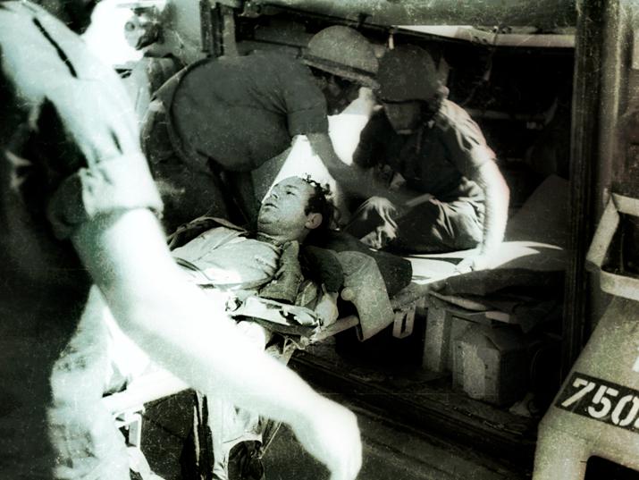 Ранен в войне в Йом Кипур. Фото Эли Ландау, коллекция Дана Хадани.png