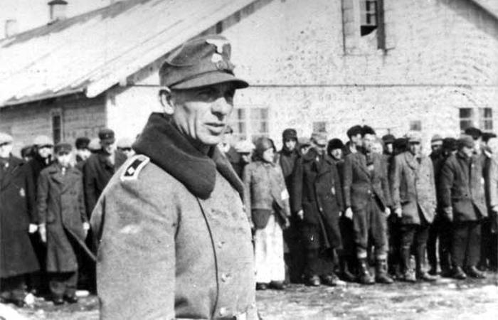 Евреи на построении в лагере Саласпилс, Латвия.jpg
