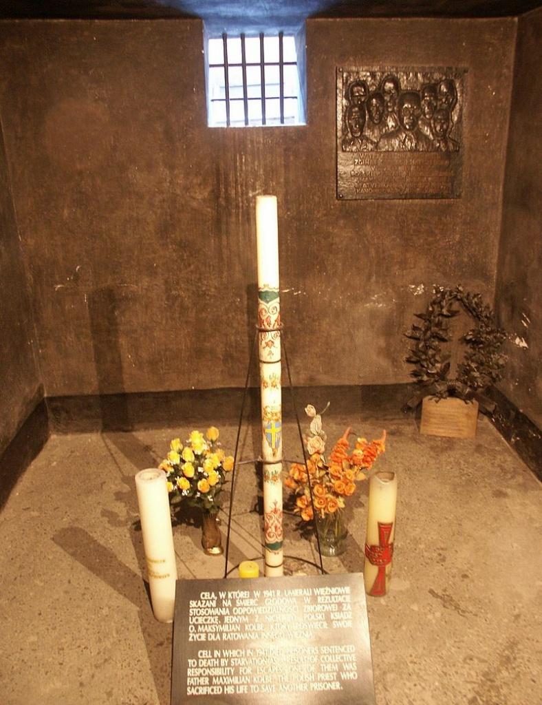 Камера Максимилиана Кольбе в 11-ом блоке Освенцима.jpg