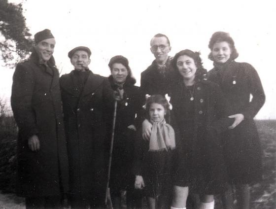 Roger und Jeanette Voinot (2. u. 3. v. l.), Rochelle Kokotek (2. v. r.), Januar 1944.jpg