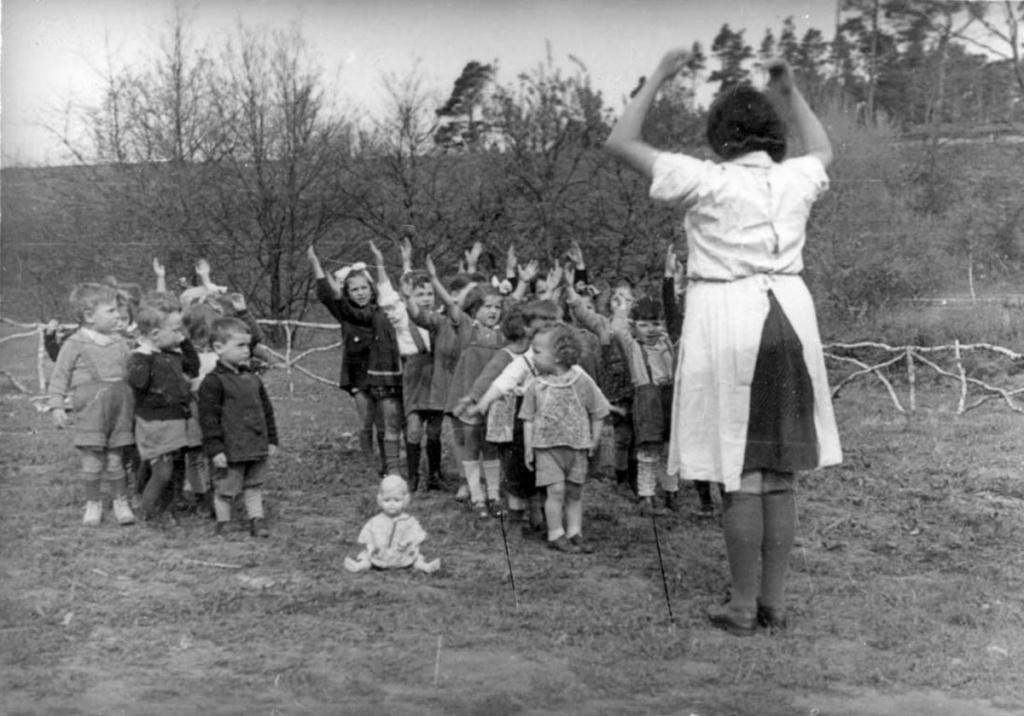 Детский сад в лагере перемещенных лиц Берген-Бельзен, Германия. 1946.jpg