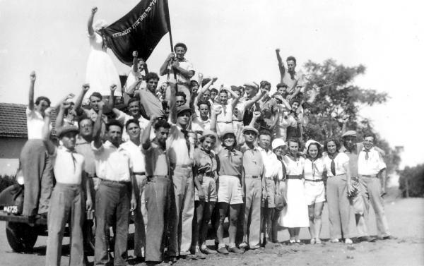 Члены кибуца Ган Шмуэль На праздновании 1 мая 1940 года поют Техзакан.jpg
