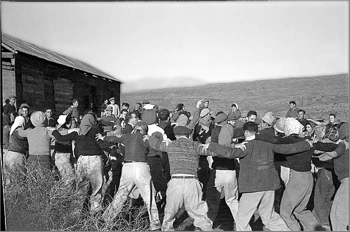 Танец хора по случаю основания кибуца Шамир, дек. 1944 г. фото с сайта Рокдим.jpg