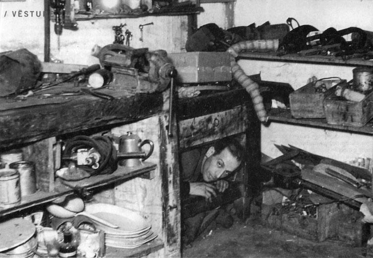 Давид Зивцон «выходит» из убежища в подвал. 1944 год.jpg
