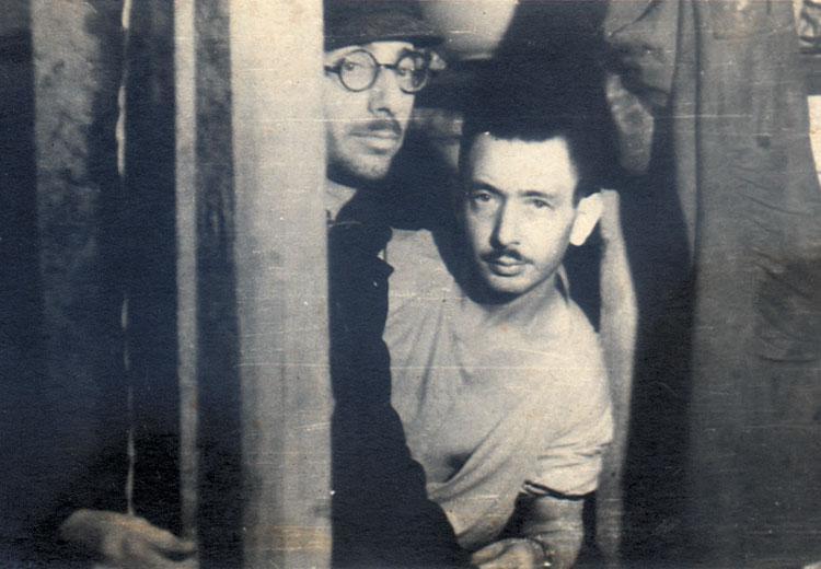 В подвале у Седулса. Калман Линкимер (справа) и Иосиф Мандельштам. 1944 год.jpg