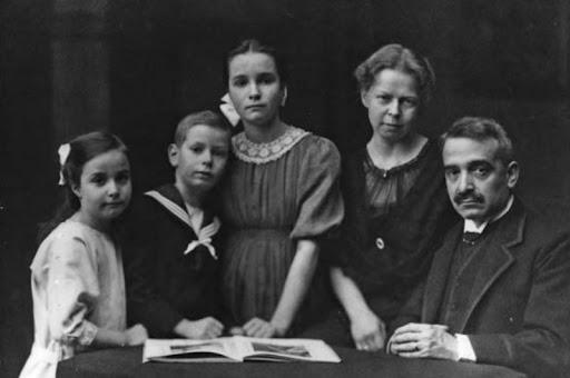 Аби Варбург с женой и детьми.jpg