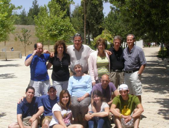 Rochelle Sameroff-Kokotek mit ihrer Familie. Yad Vashem, Juni 2010.jpg