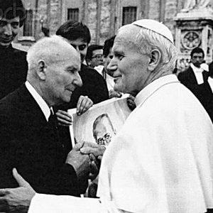 Папа Иоанн-Павел II и Франтишек Гаёвничек в день канонизации Максимилиана Кольбе, 1982 г.jpg