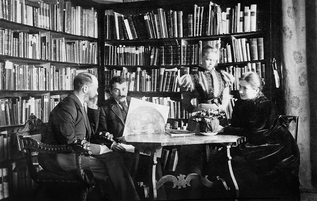 В библиотеке (Варбург - 2-ой слева) .jpg
