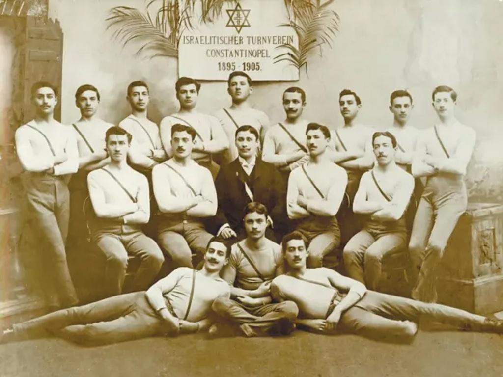 Альберт (Авраам) Зиффер, окруженный первой в мире еврейской спортивной командой, основанной в Стамбуле. Семья Зиффер.jpg
