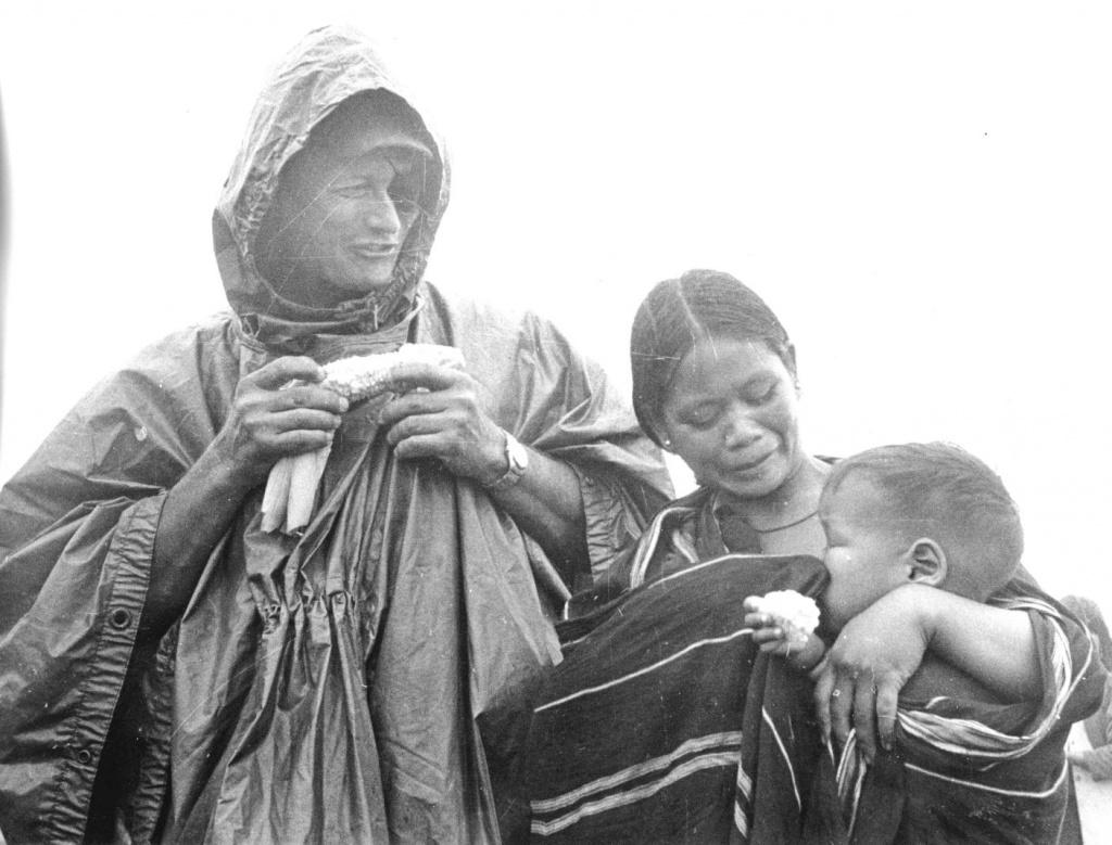 Моше Даян делится зерном с местной семьей во Вьетнаме, август 1966 года.jpg