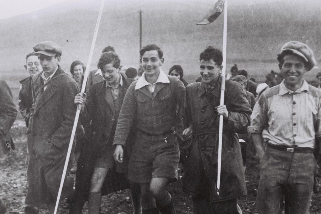 Первая группа Молодежной Алии из Германии, направляющаяся к кибуцу Эйн Харод февраль 1934.JPG