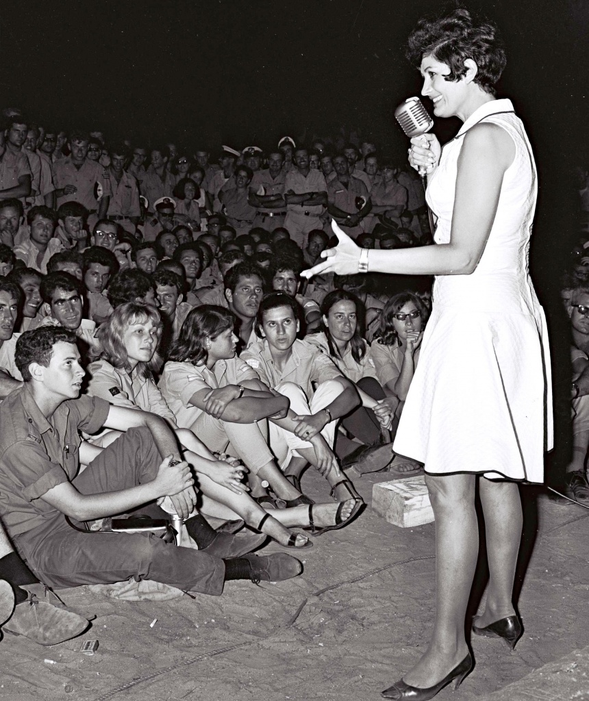 Яффа поет солдатам в одном из тренировочных лагерей 1967.jpg