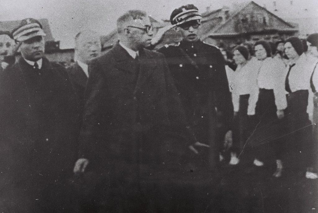 MENAHEM_BEGIN_(R)_WITH_VLADIMIR_ZABOTINSKY_(C)_IN_PINSK. 1933. .jpg