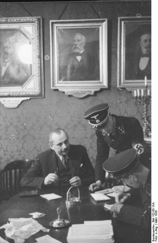 Bundesarchiv_Bild_152-65-15A,_Wien,_SS-Razzia_bei_jüdischer_Gemeinde.jpg
