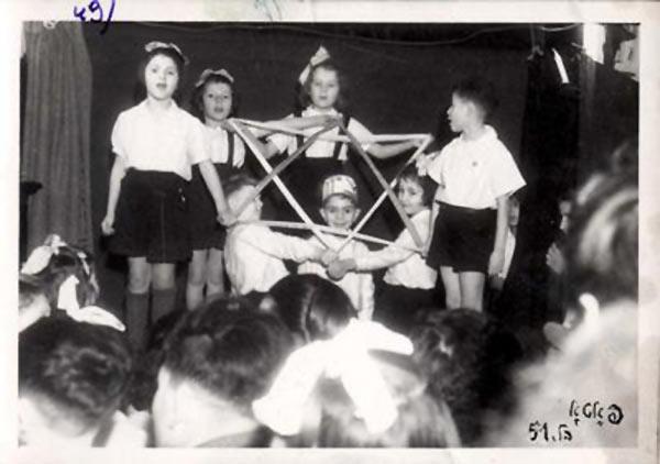 Детский спектакль в детсаду, Берген-Бельзен.jpg