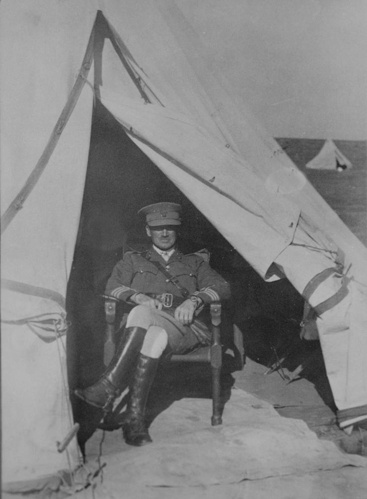 Паттерсон в палатке, Эрец-Исраэль, 1917г..jpg
