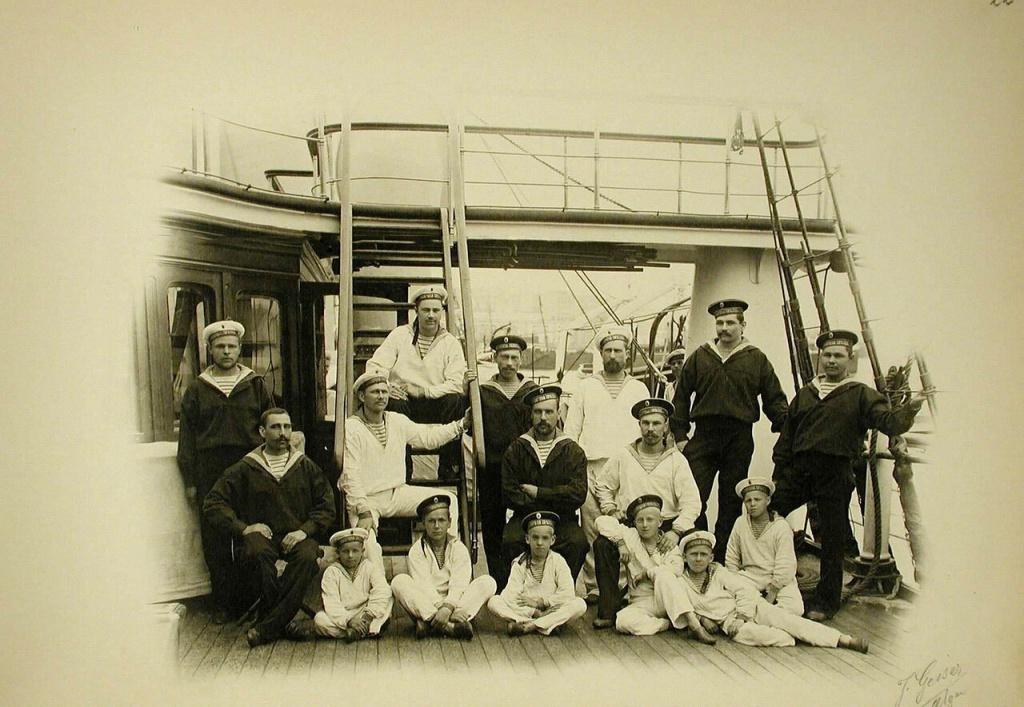 07. Группа матросов и кантонистов на палубе яхты Полярная звезда.jpg
