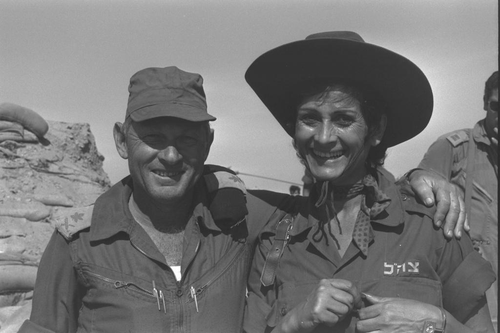 Яффа и генерал-майор Авраам Адан у Суэцкого канала после войны в Йом Кипур , 27 октября 1973 год.jpg
