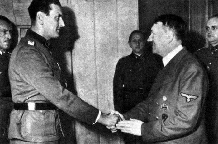 Отто Скорцени встретился с Гитлером в 1943 году после освобождения Бенито Муссолини, друга и союзника фюрера