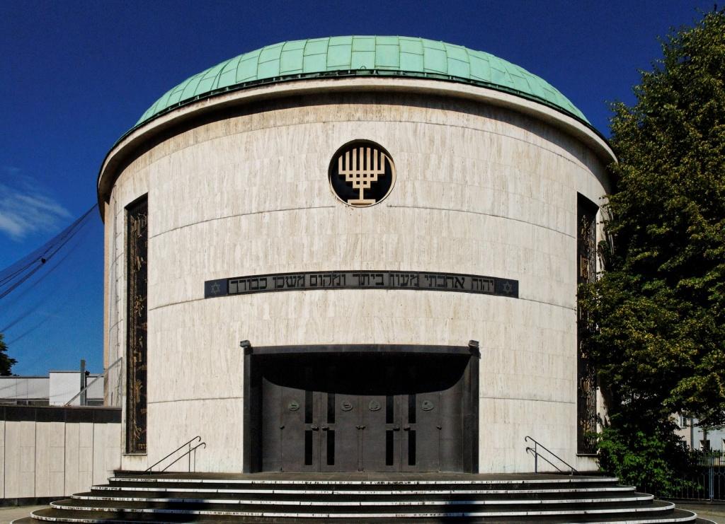 Neue_Synagoge_in_Duesseldorf-Golzheim,_von_Suedwesten.jpg