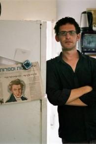 Соавтор сценария сериала «Штисель» Йехонатан Индурски в своей квартире в Тель-Авиве, вдалеке от своего харедимского дома в иерусалимском районе Гиват-Шауль