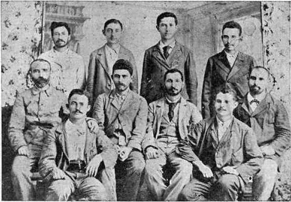 Элиэзер Марголин, второй справа, в компании поселенцев Ришон ле-Цион и Реховота, 1893-4.jpg