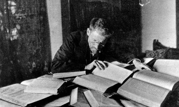 Eliezer_Ben-Yehuda_at_his_desk_in_Jerusalem_-_c1912.jpg