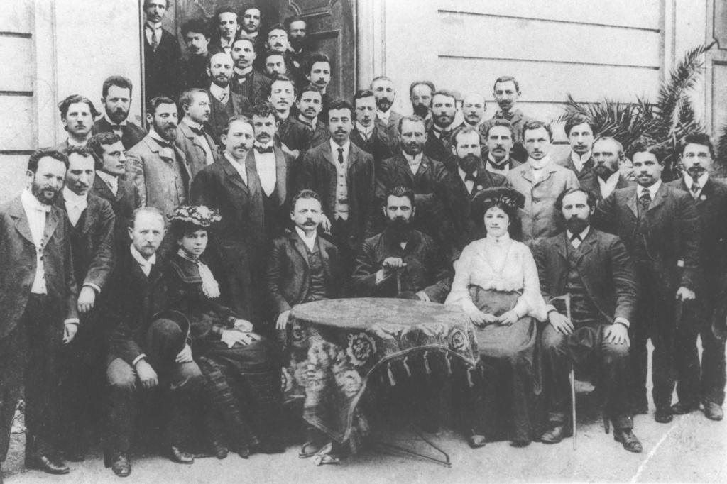 THEODOR_HERZL_(SEATED_WITH_BEARD_BEHIND_TABLE)_WITH_JOURNALISTS_AT_THE_6TH_ZIONIST_CONGRESS._SEATED_NEXT_TO_HIM_IS_Z._WERNER,_EDITOR_OF_THE_ZIONIST_PAPER,_DIE_WELT._תאודור_הרצ.jpg